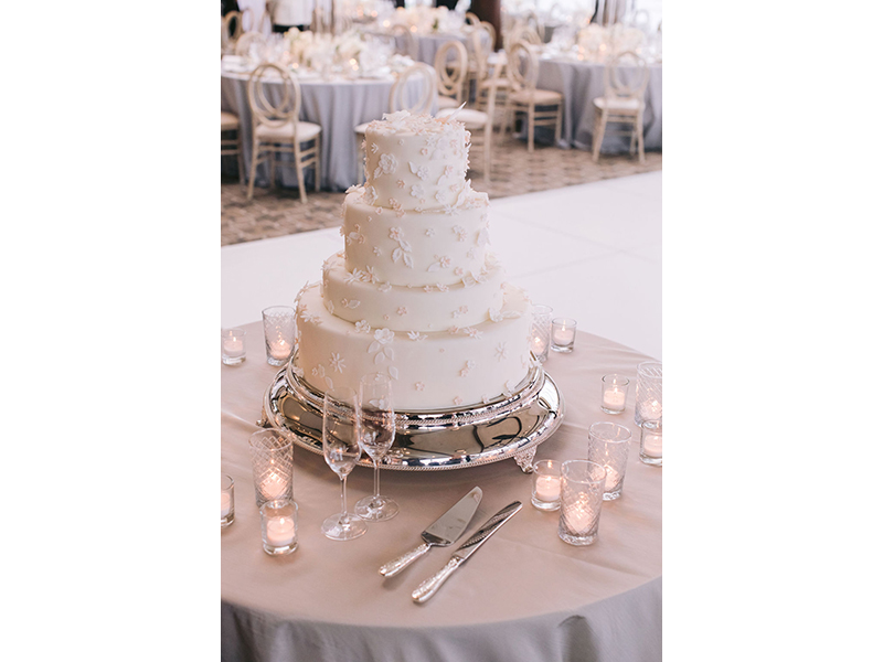 Four tiered wedding cake with serving set